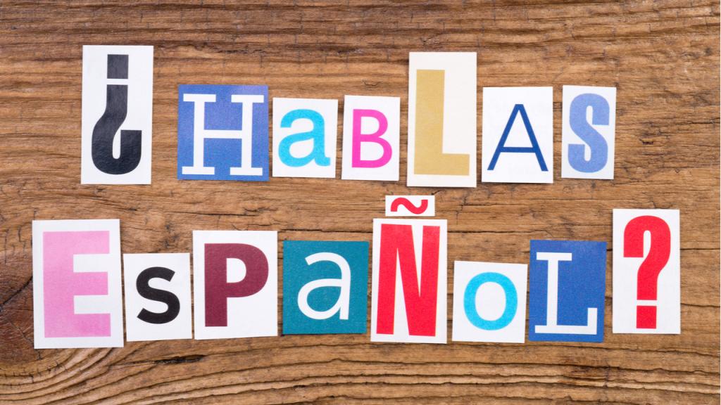 letras sobre una mesa delatra, ''hablas espanol?''